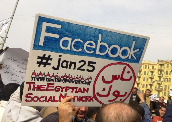 "2011埃及革命中民眾手持標語""Facebook, #jan25, The Egyptian Social Network""。圖片來源:https://en.wikipedia.org/wiki/Egyptian_Revolution_of_2011#/media/File:2011_Egyptian_protests_Facebook_%26_jan25_card.jpg"