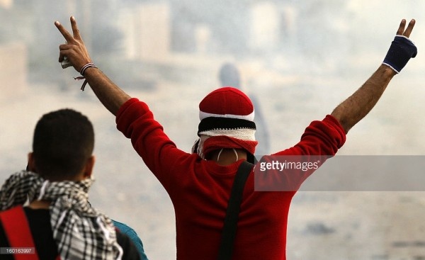 圖片來源: http://www.gettyimages.com/detail/news-photo/an-egyptian-protester-makes-the-sign-of-the-victory-during-news-photo/160163997