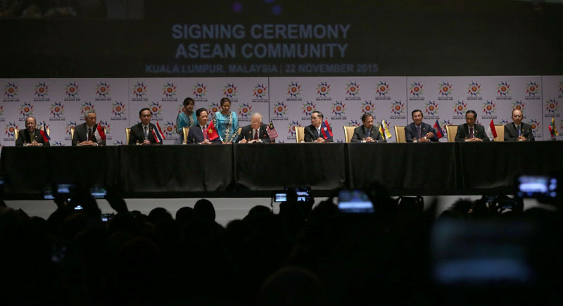 (KUALA LUMPUR, Malaysia) President Benigno S. Aquino III, along with fellow Association of Southeast Asian Nations (ASEAN) Leaders, sign the 2015 Kuala Lumpur Declaration on the Establishment of the ASEAN Community and the Kuala Lumpur Declaration on ASEAN 2025: Forging Ahead Together at the Grand Ballroom of the Kuala Lumpur Convention Centre during the 27th ASEAN Summit and Related Summits on Sunday (November 22, 2015). Also in photo are Republic of Singapore Prime Minister Lee Hsien Loong, Kingdom of Thailand Prime Minister Prayut Chan-o-cha, Socialist Republic of Vietnam Prime Minister Nguyen Tan Dung, Malaysian Prime Minister Dato Sri Mohd Najib bin Tun Abdul Razak, Lao People's Democratic Republic Prime Minister Thongsing Thammavong, Brunei Darussalam His Majesty Sultan Haji Hassanal Bolkiah, Kingdom of Cambodia Prime Minister Hun Sen, Republic of Indonesia President Joko Widodo and Republic of the Union of Myanmar President Thein Sein. (Photo by Benhur Arcayan / Malacañang Photo Bureau)
